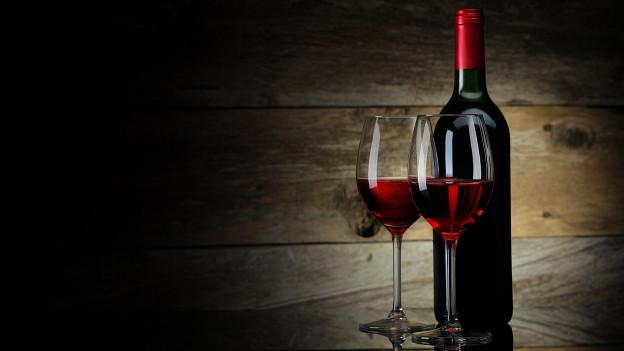 Geöffnete Weinflasche mit zwei Gläsern
