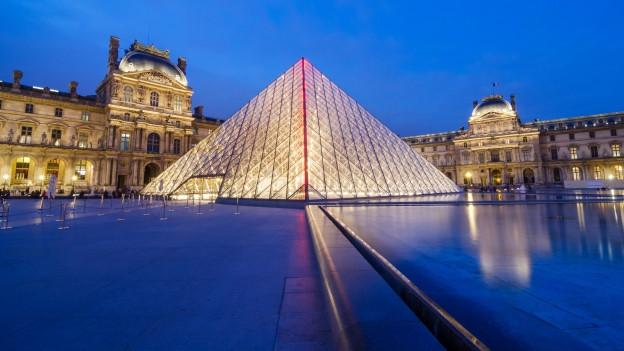 Die Glaspyramide auf dem Dach des Louvre in Paris