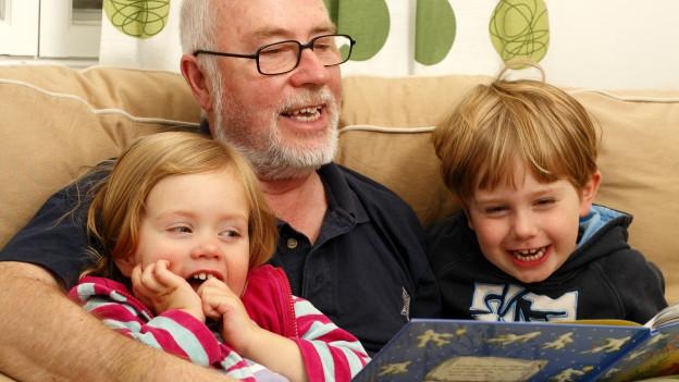 Grossvater liest zwei Kindern vor