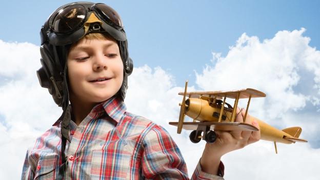 Knabe mit Spielzeugflugzeug