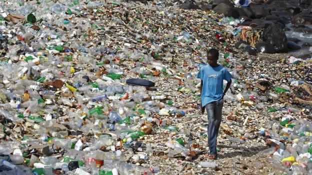Strand in Senegal ist übersät mit Plastikmüll