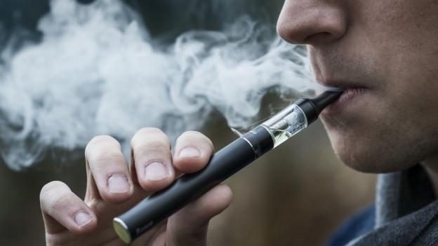Ein E-Zigaretten Raucher