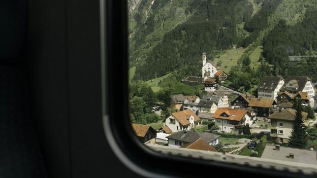 Der Blick aus dem Zugfenster auf die Kirche von Wassen