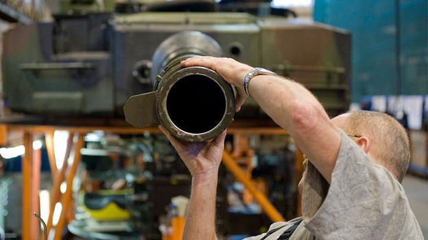 Ein Arbeiter arbeitet an einem Panzerrohr.