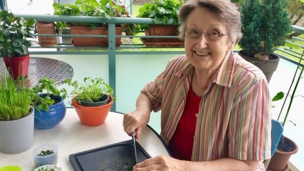 SRF1-Hörerin Hildegard Hess beim Vorbereiten