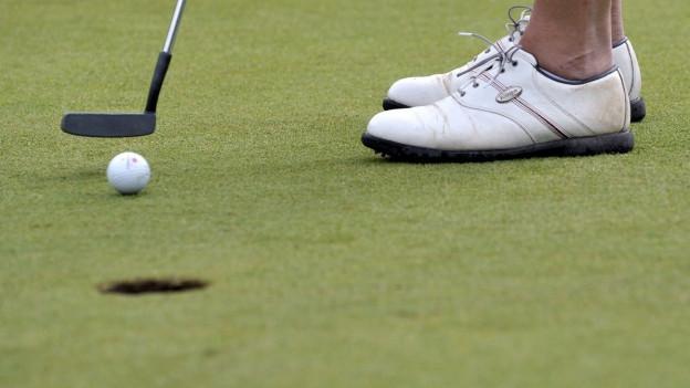 Golfplatz mit Golfball.
