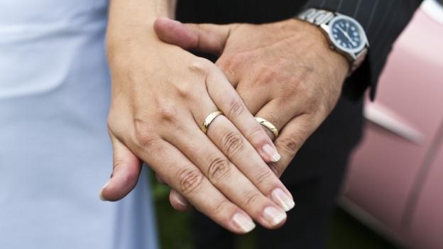 Zwei Hände, sich übereinandergehalten werden