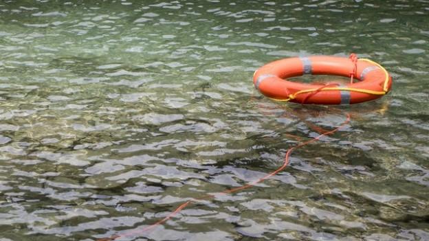 Rettungsring auf Fluss.