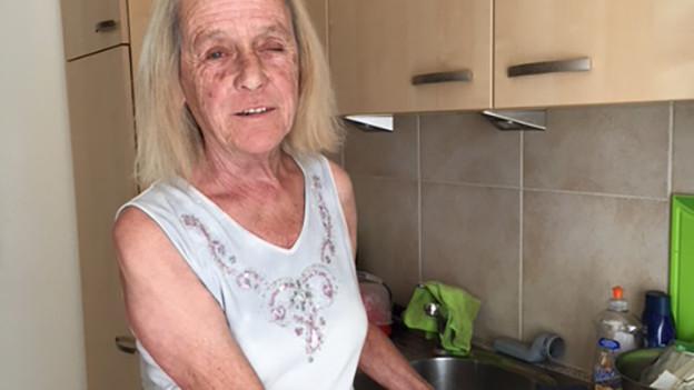 Die sehbehinderte SRF 1-Hörerin Ruth Mettler kocht ihren Fischgratin.