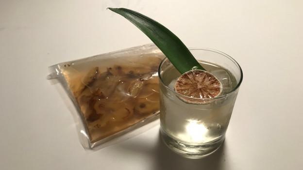 Nachhaltiger Daiquiri mit in Rum eingelegen Ananas-Abschnitten.