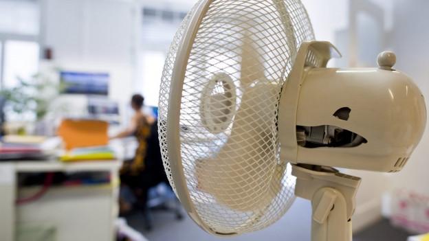 Ventilator steht in einem Büro.