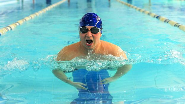 Mann schwimmt Brustgleichschlag.