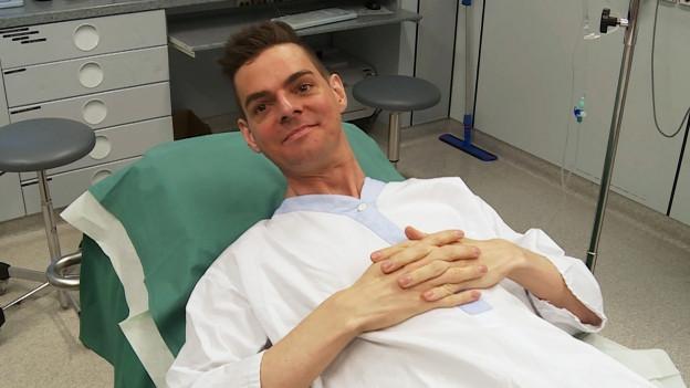 Robin Rehmann liegt im Spital in einem Bett.