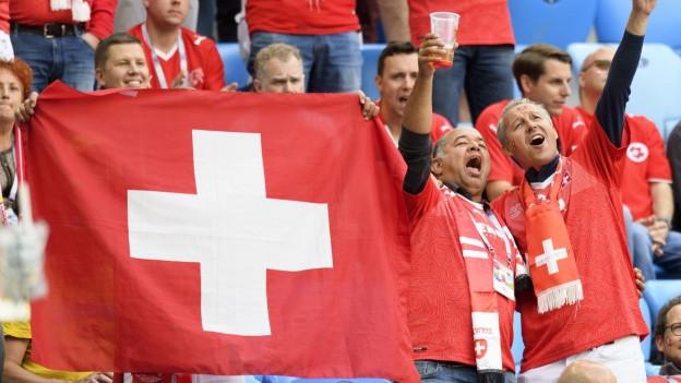 Schweizer Fans im Stadion mit Flaggen