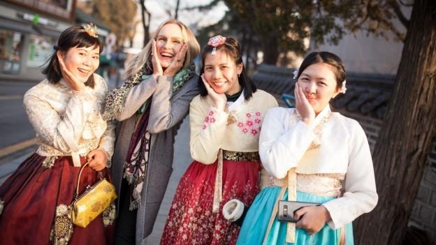 Denise Bossert posiert mit drei Koreanerinnen vor der Kamera.
