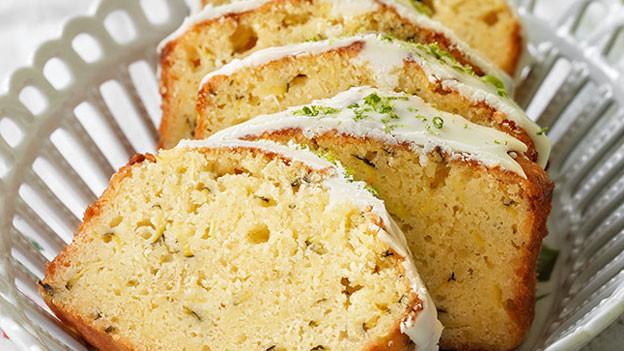 Cakestücke in einer Schale.