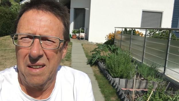 SRF 1-Hörer Willi Fischer in seinem Garten.