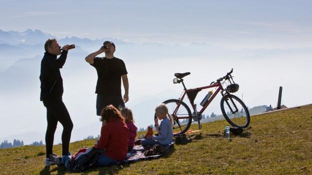 Velofahrer picknicken
