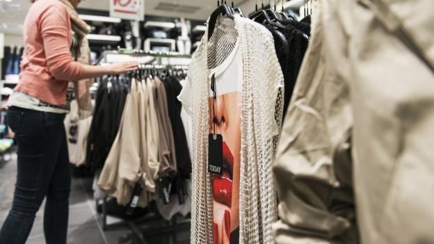 12 und mehr Kollektionen liefern Modeproduzenten an Kleiderketten.