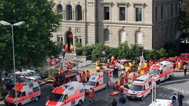 Zahlreich Ambulanzen vor dem Zuger Kantonsparlament