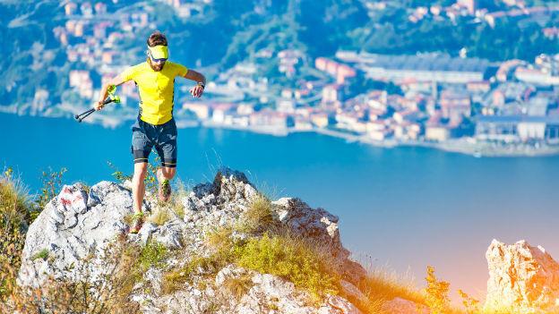 Ein Trailrunner auf einer Krete.