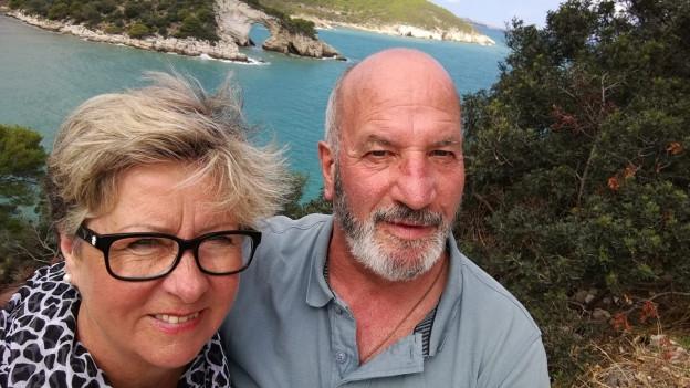 Elisabeth und Fritz Heimberg stehen auf einem Aussichtspunkt mit Blick aufs Meer.