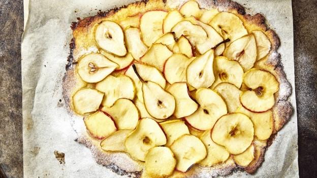 Mit einem Mürbeteig kann man zum Beispiel einen feinen Apfel-Birnen-Fladen backen.