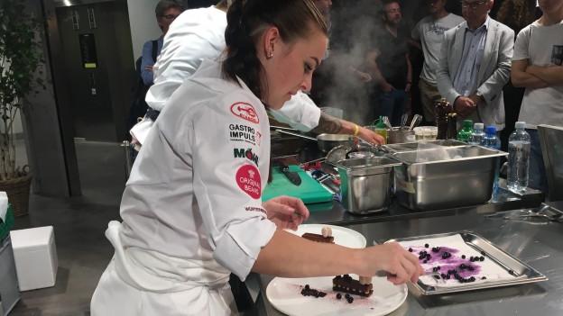 Die junge Pâtissière Esther Gurtner beim Anrichten des Dessert-Tellers