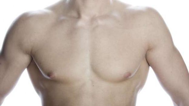 Der nackte Oberkörper eines Mannes.