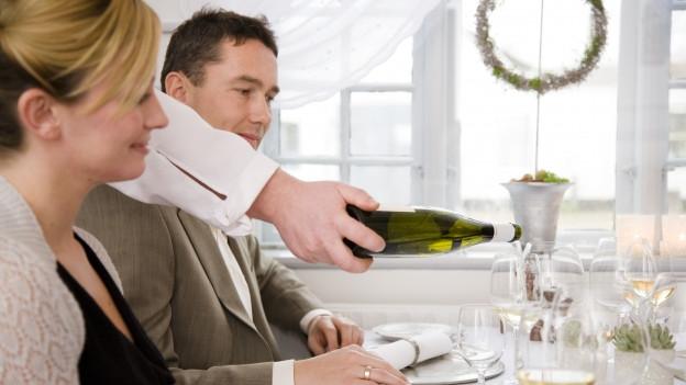 Ein Paar wird im Restaurant bedient