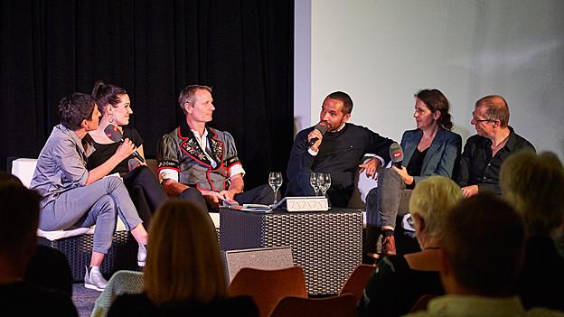 Eröffnungsabend des Mundartfestivals Arosa 2018, v.l.n.r: Monika Schärer, Nyna Dubois, Sepp Amstutz, Mario Pacchioli, Silvia Tschui, Markus Gasser