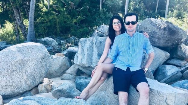 Stephan Noger und Freundin Felicia sitzen auf grossen Felsen.