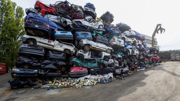 Eine Halde mit Schrottautos