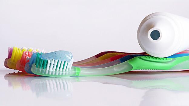 Zahnbürsten und Zahnpastatube
