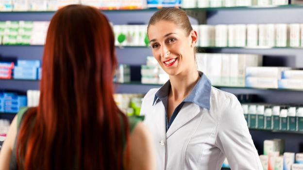 Eine Apothekerin redet mit einer Kundin.