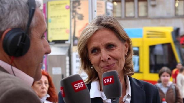 Hanruedi Schär (Regi Basel Basellandschaft) im Gespräch mit LDP-Präsidentin Patricia von Falkenstein.