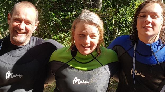 Claudia Warne mit Ehemann Dave und Sohn Luka im Surfanzug.