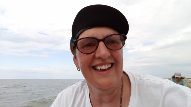 Janine Holenstein steht vor dem Schwarzen Meer.