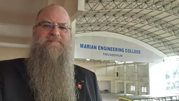 Guido Hangartner mit langem weissen Bart posiert vor der Schule in Trivandrum