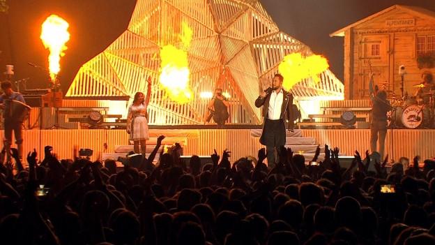 Trauffer mit Band auf der Bühne im Hallenstadion