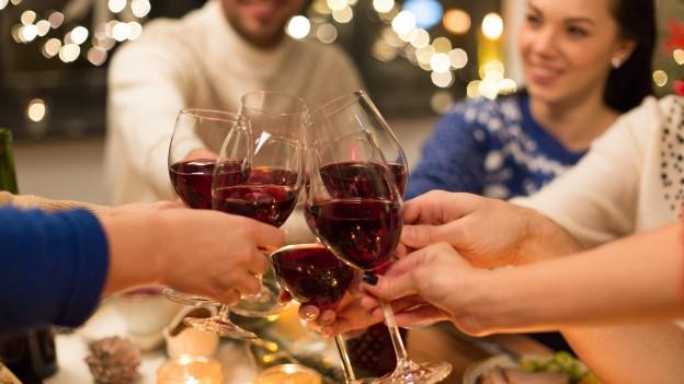 Mit Wein anstossen.