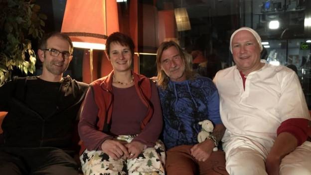 Eine heimelige Atmosphäre im Studio mit Ralph Wicki und seinen drei Studiogästen Markus Ender, Karin Lüdi und Markus Langenegger. (von links)