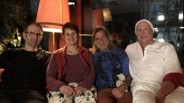 Bildlegende: Eine heimelige Atmosphäre im Studio mit Ralph Wicki und seinen drei Studiogästen Markus Ender, Karin Lüdi und Markus Langenegger. (von links)