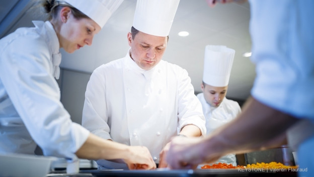 Blick in die Küche des 3 Sterne-Restaurants Hôtel de ville in Crissier