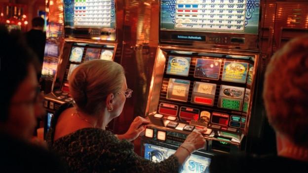 Blick auf einen Roulettetisch im Casino