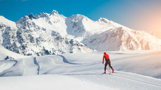Langläufer in Schneelandschaft.