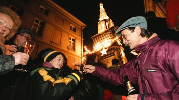 Menschen in Bern stossen um Mitternacht auf das neue Jahr an