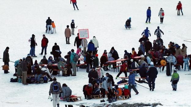 Menschen auf dem zugefrorenen Klöntalersee 2005, Bild von oben