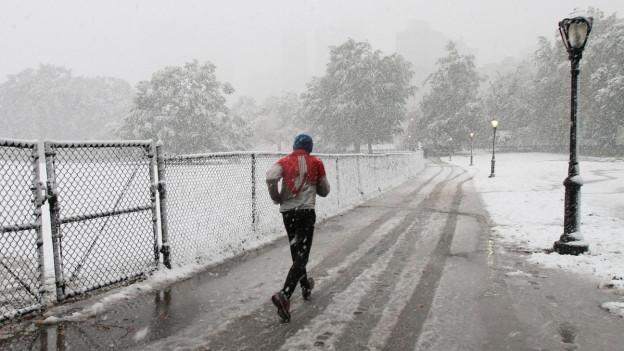 Mann joggt durch nasskaltes Winterwetter
