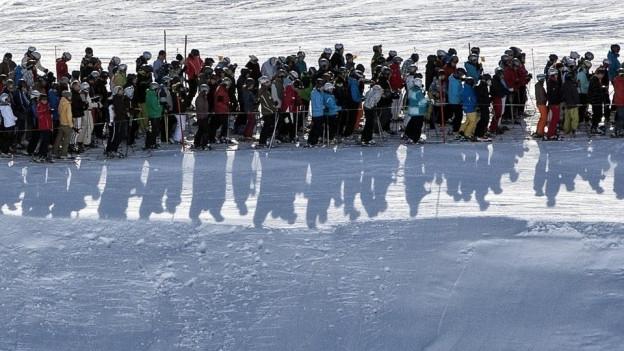 Lange Schlange vor einem Skilift in Arosa.